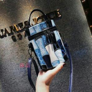 """Thumbnail of """"新作バッグを持つ女性の新商品のリベット斜め掛けのバケツバッグのショルダーバッ0"""""""